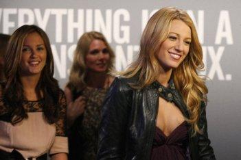 Blake Lively insieme a Leighton Meester in un momento dell'episodio 'Pret-a-Poor-Jenny' della serie Gossip Girl