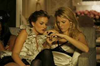 Blake Lively insieme a  Leighton Meester, nell'episodio 'Bonfire of the Vanity' della seconda stagione di Gossip Girl