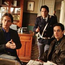 Cesare Bocci, Angelo Russo e Peppino Mazzotta e Luca Zingaretti nell'episodio La pazienza del ragno de Il commissario Montalbano