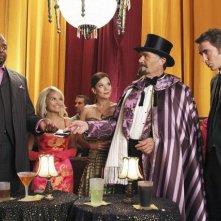 Fred Willard insieme a Chi McBride, Kristine Chenoweth e Lee Pace nell'episodio 'Oh Oh Oh It's Magic' della serie tv Pushing Daisies