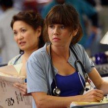 Lily Mariye insieme a Linda Cardellini nell'episodio 'Haunted' della serie tv ER - Medici in prima linea