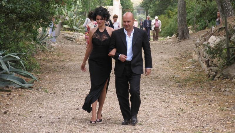 Mandala Tayde Con Luca Zingaretti In Una Scena Dell Episodio La Pista Di Sabbia De Il Commissario Montalbano 94357