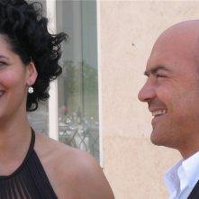 Mandala Tayde e Luca Zingaretti in una scena dell'episodio La pista di sabbia de Il Commissario Montalbano