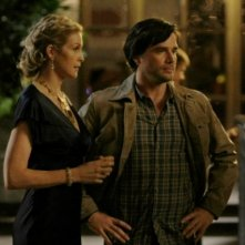 Matthew Settle insieme a Kelly Rutherford durante una scena dell'episodio 'There might be blood' della serie tv Gossip Girl