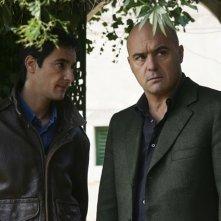 Peppino Mazzotta e Luca Zingaretti in una scena dell'episodio La pazienza del ragno de Il commissario Montalbano