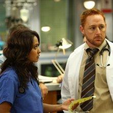 Scott Grimes con Parminder Nagra nell'episodio 'Haunted' della serie tv ER - Medicin in prima linea