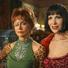Swoosie Kurtz insieme a Ellen Greene durante un momento dell'episodio 'Oh Oh Oh It's Magic' della serie tv Pushing Daisies