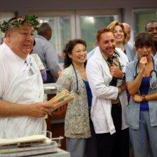 Troy Evans, Linda Cardellini, Scott Grimes insieme ad altri colleghi nell'episodio 'Haunted' della serie tv ER - Medicin in prima linea