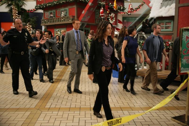 Brent Sexton Damian Lewis E Sarah Shahi In Una Scena Dell Episodio Black Friday Della Serie Tv Life 94417