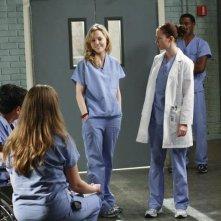 Chyler Leigh e Melissa George insieme ad altri membri del cast nell'episodio 'These Ties That Bind' della serie televisiva Grey's Anatomy
