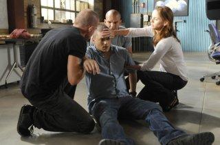 Dominic Purcell, Sarah Wayne Callies e Amaury Nolasco soccorrono Wentworth Miller in una scena dell'episodio 'The Legend' della serie tv Prison Break