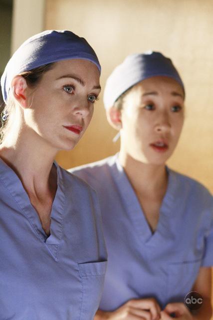 Ellen Pompeo Insieme A Sandra Oh In Una Scena Nell Episodio In The Midnight Hour Della Quinta Stagione Di Grey S Anatomy 94713