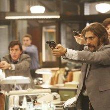 Michael Imperioli in una scena d'azione nell'episodio 'Things to Do in New York When You Think You're Dead' della serie tv Life On Mars