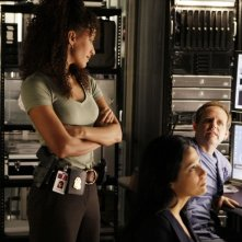 Sophina Brown,  Navi Rawat e Peter MacNicol in una scena dell'episodio 'Scan Man' della serie tv Numb3rs