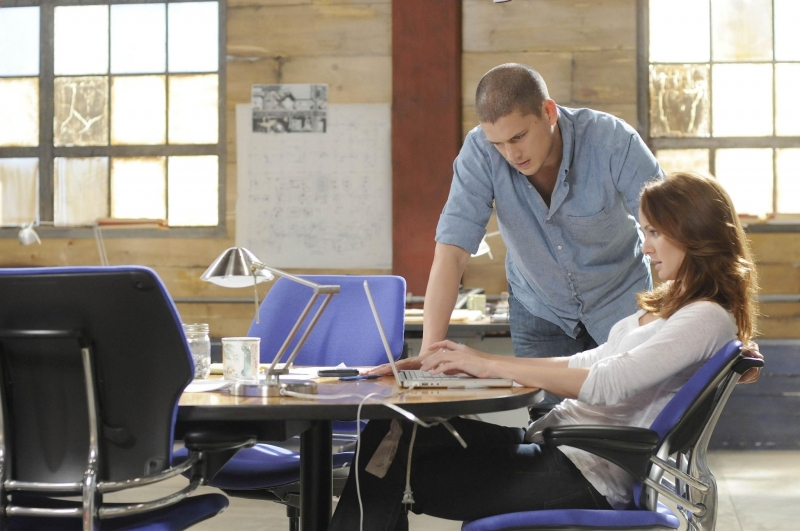 Wentworth Miller Con Sarah Wayne Callies In Una Scena Dell Episodio The Legend Della Serie Tv Prison Break 94676