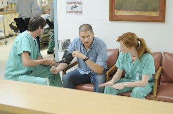 Wentworth Miller insieme ad alcuni colleghi in una scena dell'episodio 'The Legend' della serie tv Prison Break
