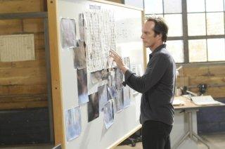 William Fichtner studia delle mappe nell'episodio 'The Legend' della serie tv Prison Break