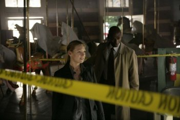 Anna Torv e Lance Reddick in una scena dell'episodio The Equation di Fringe
