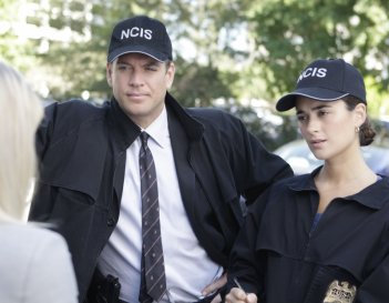 Cote de Pablo con Michael Weatherly durante una scena dell'episodio 'Collateral Damage' della serie tv NCIS