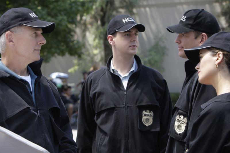 Cote de Pablo, Mark Harmon,  Michael Weatherly e Sean Murray durante una scena dell'episodio 'Collateral Damage' della serie tv NCIS