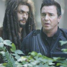 Jason Momoa insieme a Paul McGillion nell'episodio 'Identity' della quinta stagione di Stargate Atlantis