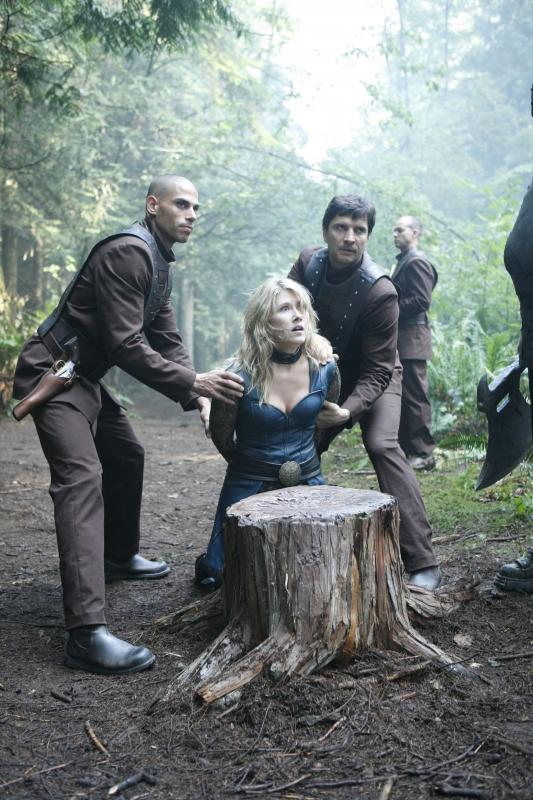 Jewel Staite Insieme A Dei Colleghi In Una Scena Dell Episodio Identity Della Serie Tv Stargate Atlantis 94721