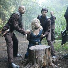 Jewel Staite insieme a dei colleghi in una scena dell'episodio 'Identity' della serie tv Stargate Atlantis