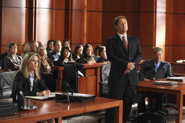 Julie Bowen E Sullo Sfondo James Spader Con William Shatner Nell Episodio Mad Cows Della Serie Tv Boston Legal 94738