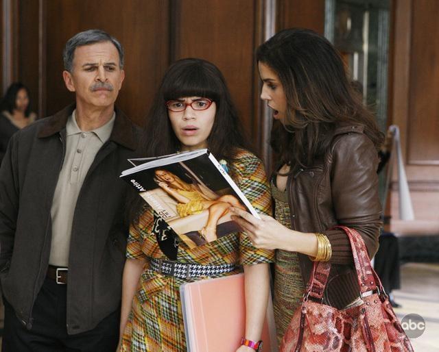 America Ferrera Insieme A Tony Plana E Ana Ortiz Nell Episodio When Betty Met Yeti Della Serie Tv Ugly Betty 95043