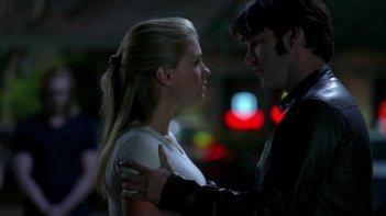 Anna Paquin e Stephen Moyer in un momento dell'episodio Plaisir d'amour di True Blood