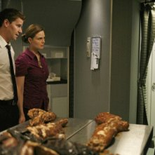 Emily Deschanel con David Boreanaz in una scena dell'episodio  'The Passenger in the Oven' della serie tv Bones