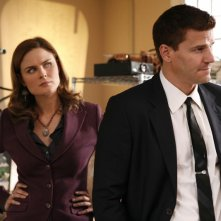 Emily Deschanel con  David Boreanaz nell'episodio 'The Con Man in the Meth Lab' della serie tv Bones