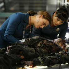 Emily Deschanel e Tamara Taylor esaminano un corpo nell'episodio 'The Con Man in the Meth Lab' della serie tv Bones