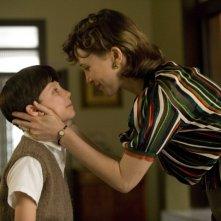 Asa Butterfield e Vera Farmiga in una scena del film Il bambino con il pigiama a righe