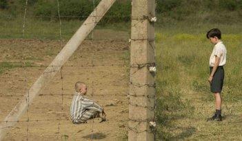 Jack Scanlon e Asa Butterfield in una scena del film Il bambino con il pigiama a righe