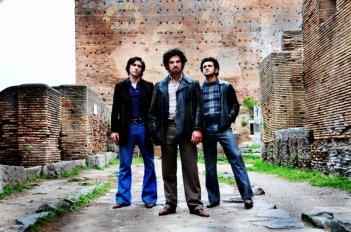 Alessandro Roja, Francesco Montanari e Vinicio Marchioni nel quarto episodio di Romanzo Criminale - La serie