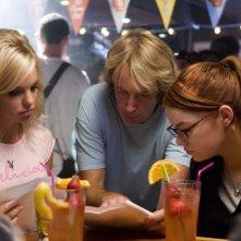 Anna Faris, il regista Fred Wolf ed Emma Stone sul set della commedia La coniglietta di casa