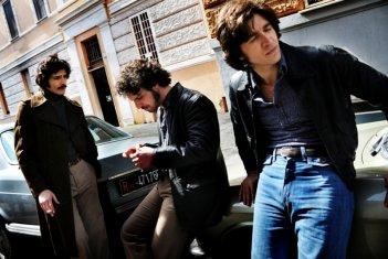 Marco Bocci, Francesco Montanari ed Alessandro Roja nel terzo episodio di Romanzo Criminale - La serie