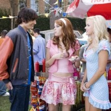 Tyson Ritter, Emma Stone e Anna Faris in una scena del film The House Bunny