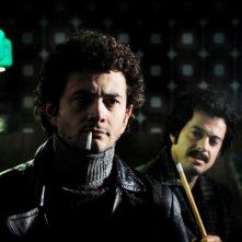 Vinicio Marchioni e Marco Meconi in una scena del primo episodio di Romanzo Criminale - La serie