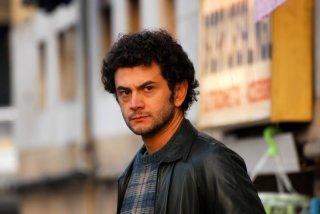 Vinicio Marchioni in una scena di gruppo del secondo episodio di Romanzo Criminale - La serie