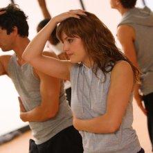 Adam Garcia e Georgina Hagen in una scena dell'episodio 'Let's Dance' della serie tv Britannia High