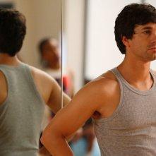 Adam Garcia in una scena dell'episodio 'Let's Dance' della serie tv Britannia High