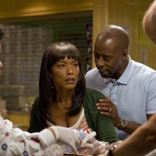Anthony Edwards, Yvette Freeman, Courtney B. Vance e Angela Bassett nell'episodio 'Heal Thyself' della serie tv ER - Medici in prima linea