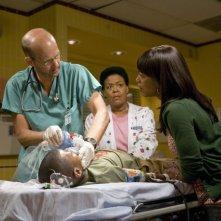 Anthony Edwards, Yvette Freeman e Angela Bassett nell'episodio 'Heal Thyself' della serie tv ER - Medici in prima linea