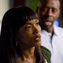Courtney B. Vance e Angela Bassett nell'episodio 'Heal Thyself' della serie tv ER - Medici in prima linea