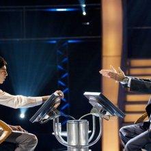 Dev Patel e Anil Kapoor in un'immagine del film Slumdog Millionaire
