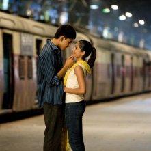 Dev Patel e Freida Pinto in un'immagine del film Slumdog Millionaire