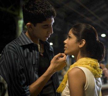 Dev Patel e Freida Pinto in una scena del film Slumdog Millionaire