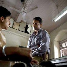 Dev Patel e Irfan Khan in una scena del film Slumdog Millionaire